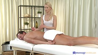 Masseuse d�bris up putting the client's dick up her fine holes