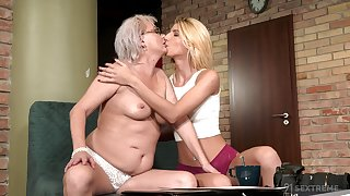 Thick mature shares make known moments yon her lesbian niece